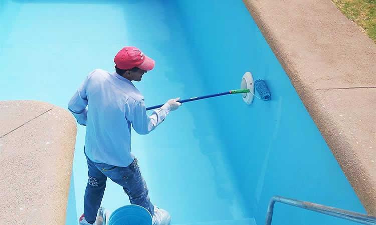 Cómo pintar la piscina de cemento del chalet