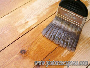 Cómo teñir y barnizar muebles de madera