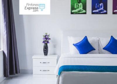 habitación blanca con decoración azul